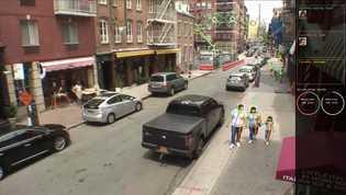 A análise de imagens de CFTV com reconhecimento de máscara pode estimar quantas pessoas estão seguindo ...