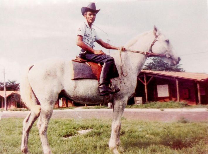 Jovem à cavalo em Alcântara na época da construção do centro de lançamento. A foto foi ...