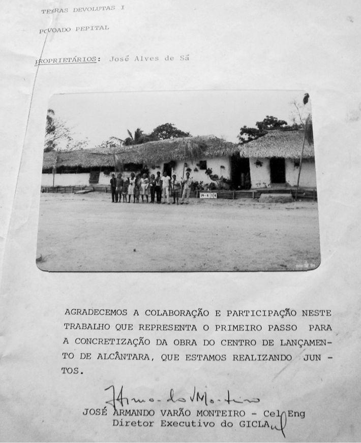 Documento entregue pelo CLA as famílias remanejadas. A foto pertence ao arquivo pessoal de Seu Zé ...