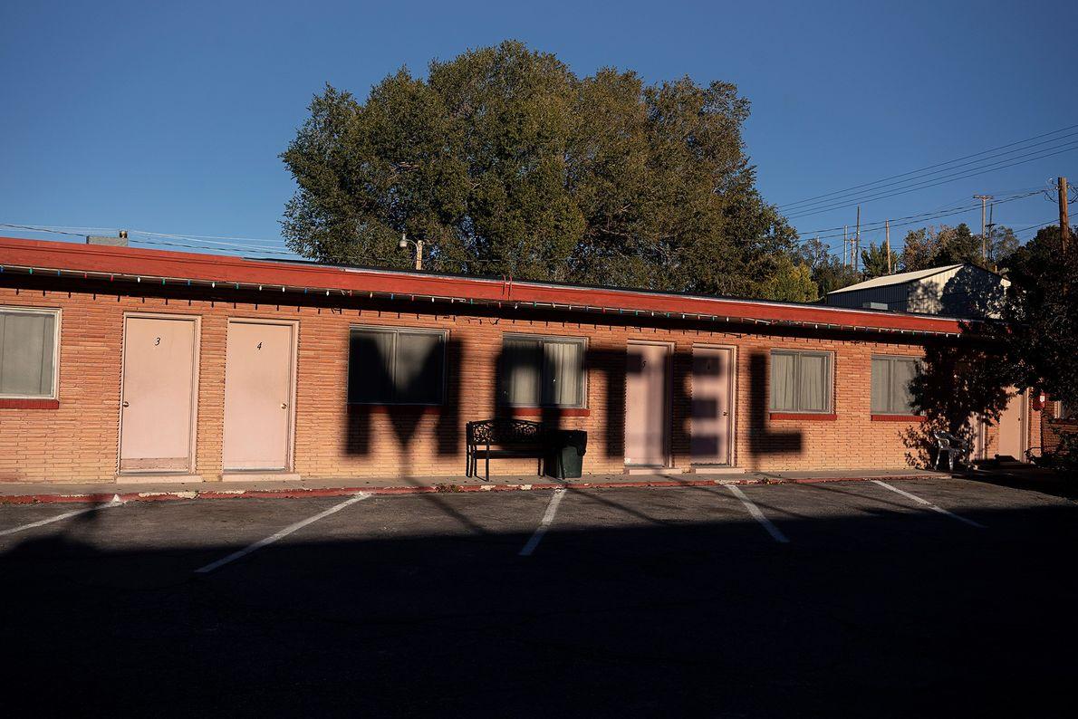 Sombras se formam sobre o Deser-est Motor Lodge em Ely, Nevada. Antes de ser conhecida como ...