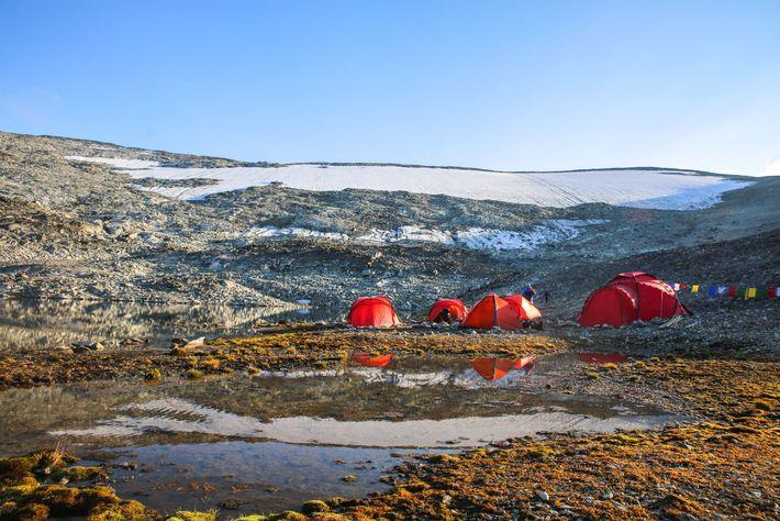 Arqueólogos montam acampamento em frente à camada de gelo de Lendbreen em 2018.