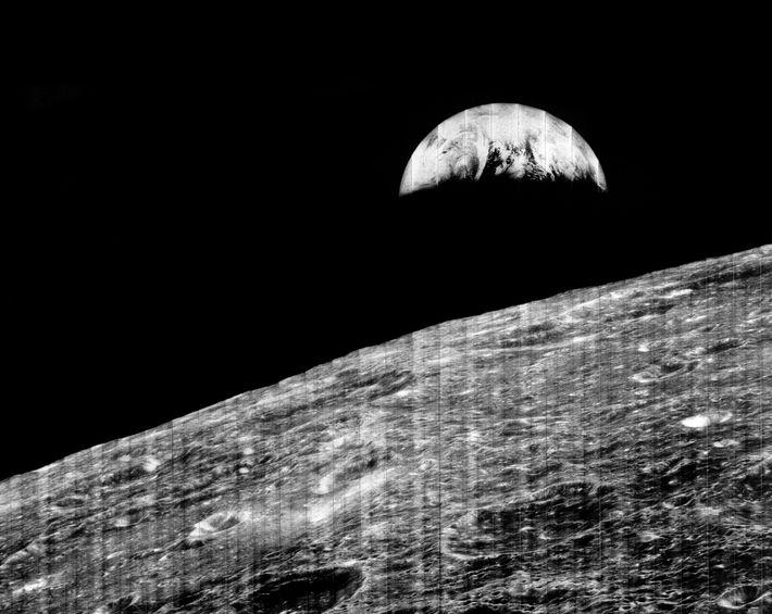 """A Terra """"nasce"""" no horizonte da Lua em uma famosa foto tirada pelo Lunar Orbiter 1."""