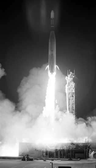 O foguete que carrega o Lunar Orbiter 3 é lançado do Cabo Canaveral.