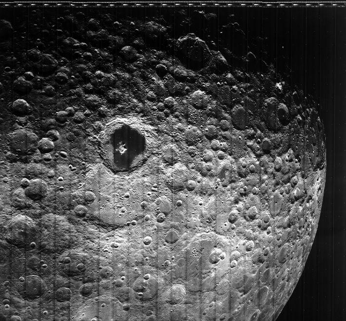 Os Lunar Orbiters também retornaram imagens do lado oculto da Lua, como essa foto tirada pelo ...