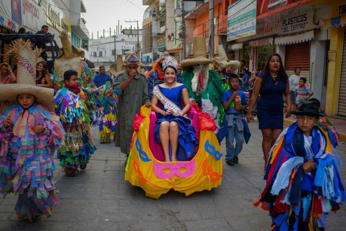PULTA, OAXACA, MÉXICO  Tiliches tradicionalmente vestidos (homens vestidos com farrapos) escoltam a rainha do Carnaval Putleco pelas ...