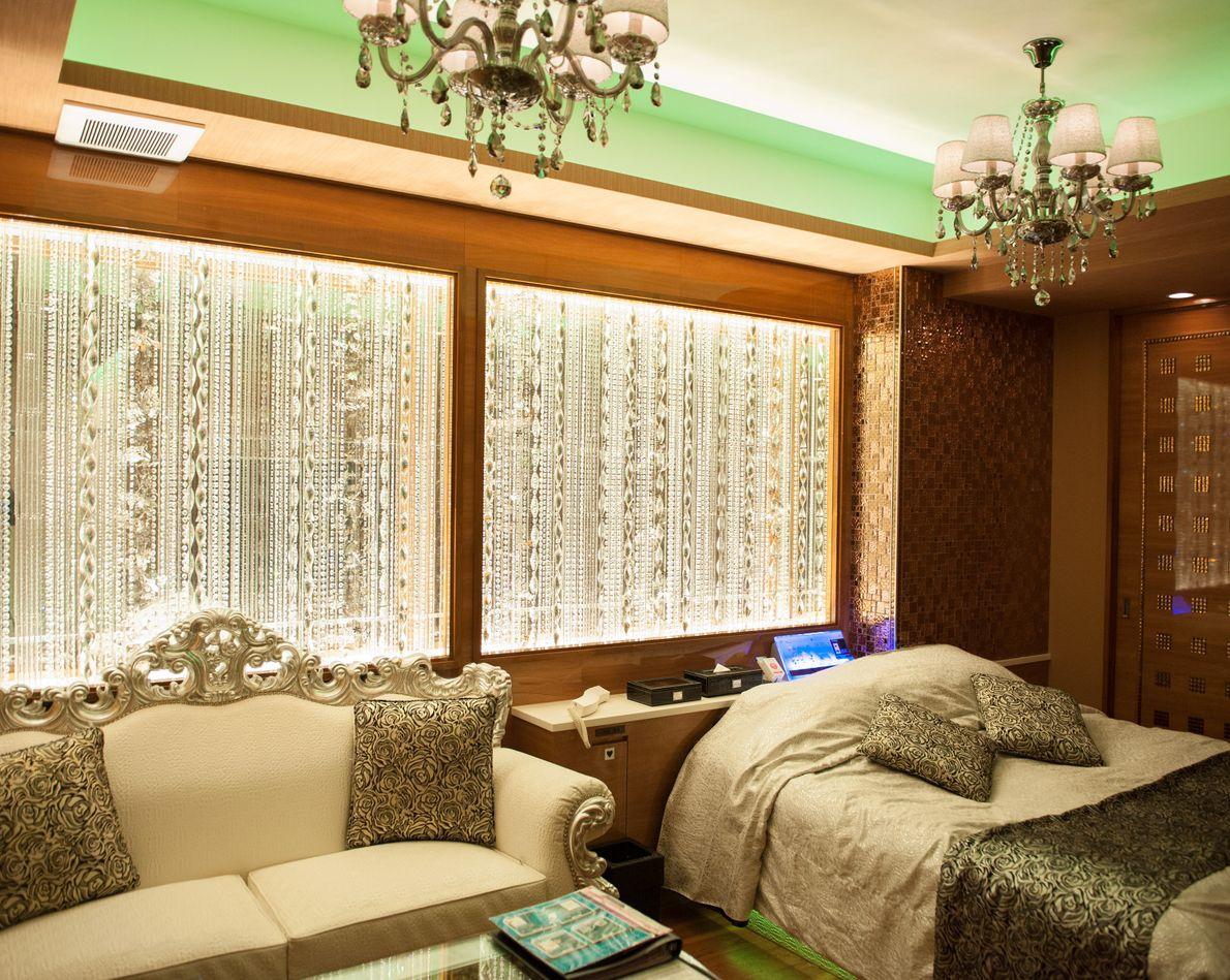 Um quarto de luxo é decorado em dourado e com lustres no Hotel Sara Sweet, no ...