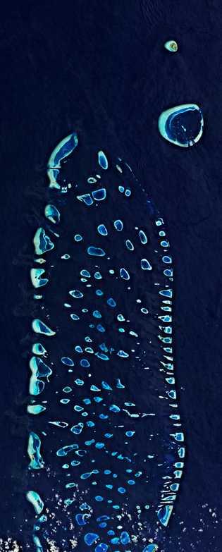 As Maldivas, observadas parcialmente de cima, são compostas por 1192 ilhas. A pequena nação insular detém ...