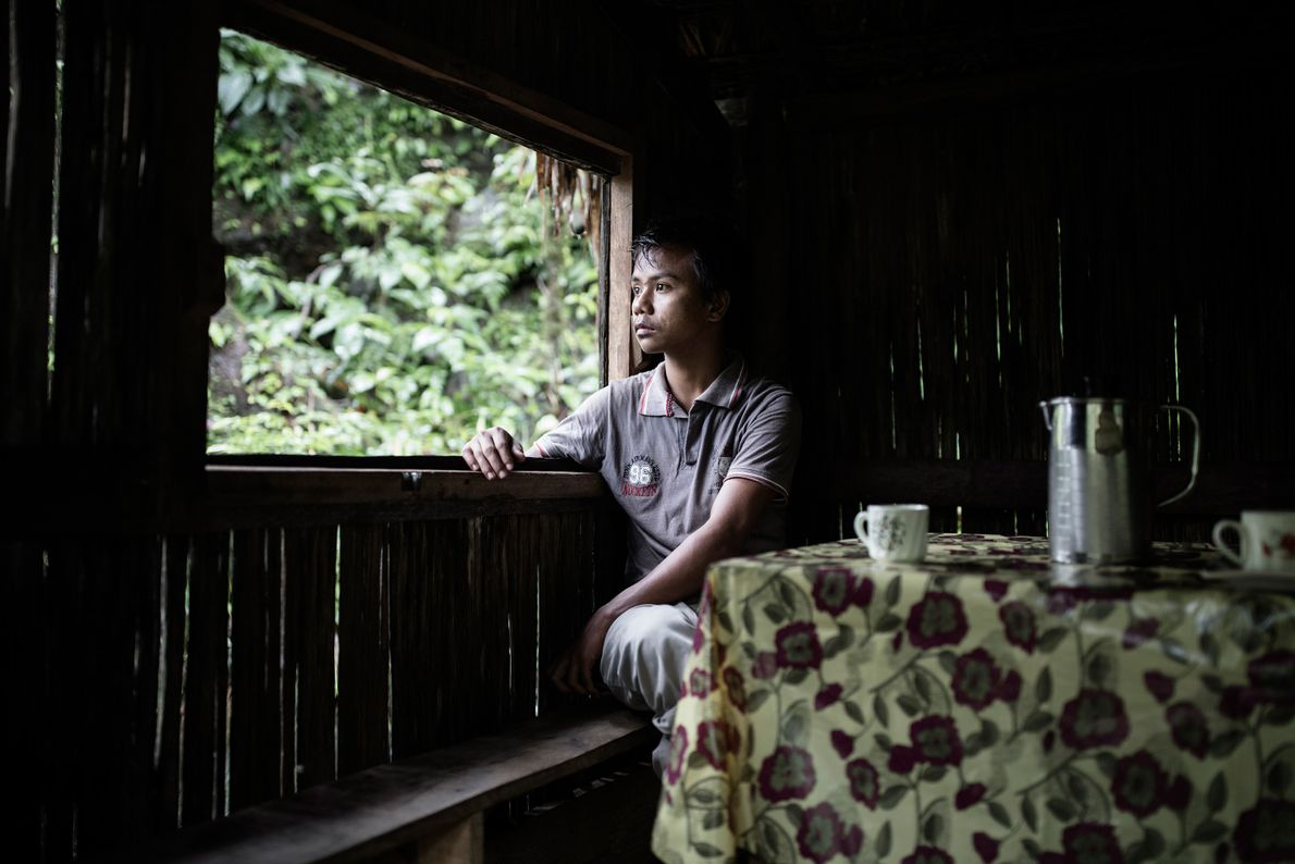 homem-mesa-guarda-chuva-pontes-de-raizes-vivas-meghalaya-india
