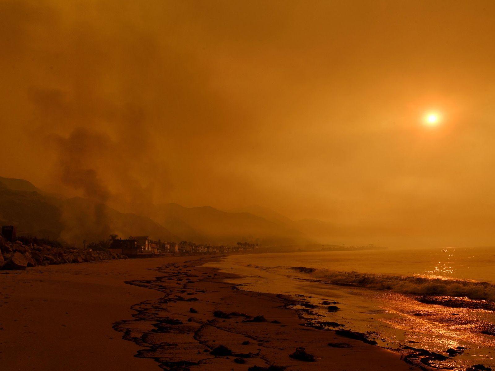 Fumaça encobre Mondos Beach, perto de Ventura, Califórnia, em 2017. Golfinhos e botos que nadam perto ...
