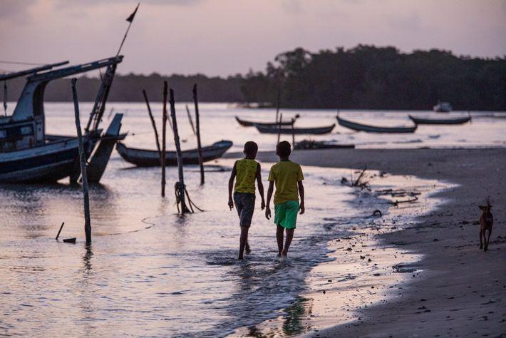Crianças caminham em praia na comunidade pesqueira de Guajerutiua, uma das poucas localidades com acesso à internet na ...