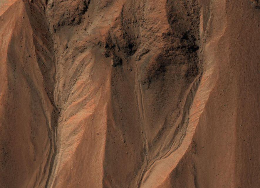 Canais marcam a borda da cratera Hale na parte sul de Marte. Na Terra, essas estruturas ...