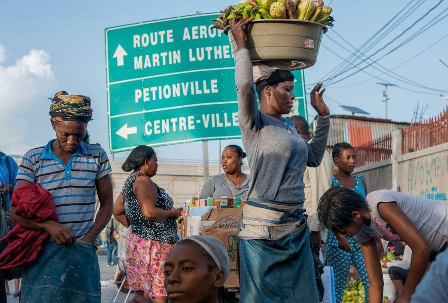 Avenue Martin Luther King em Porto Príncipe, Haiti – Renomeada em 1968 Vendedores se reúnem na junção ...