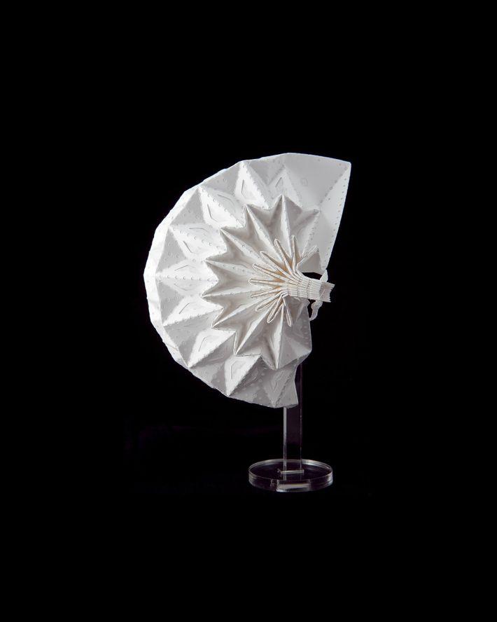 Esta estrutura intrincadamente dobrada é a máscara Airgami da Air99 LLC. O padrão de dobradura confere propriedades ...
