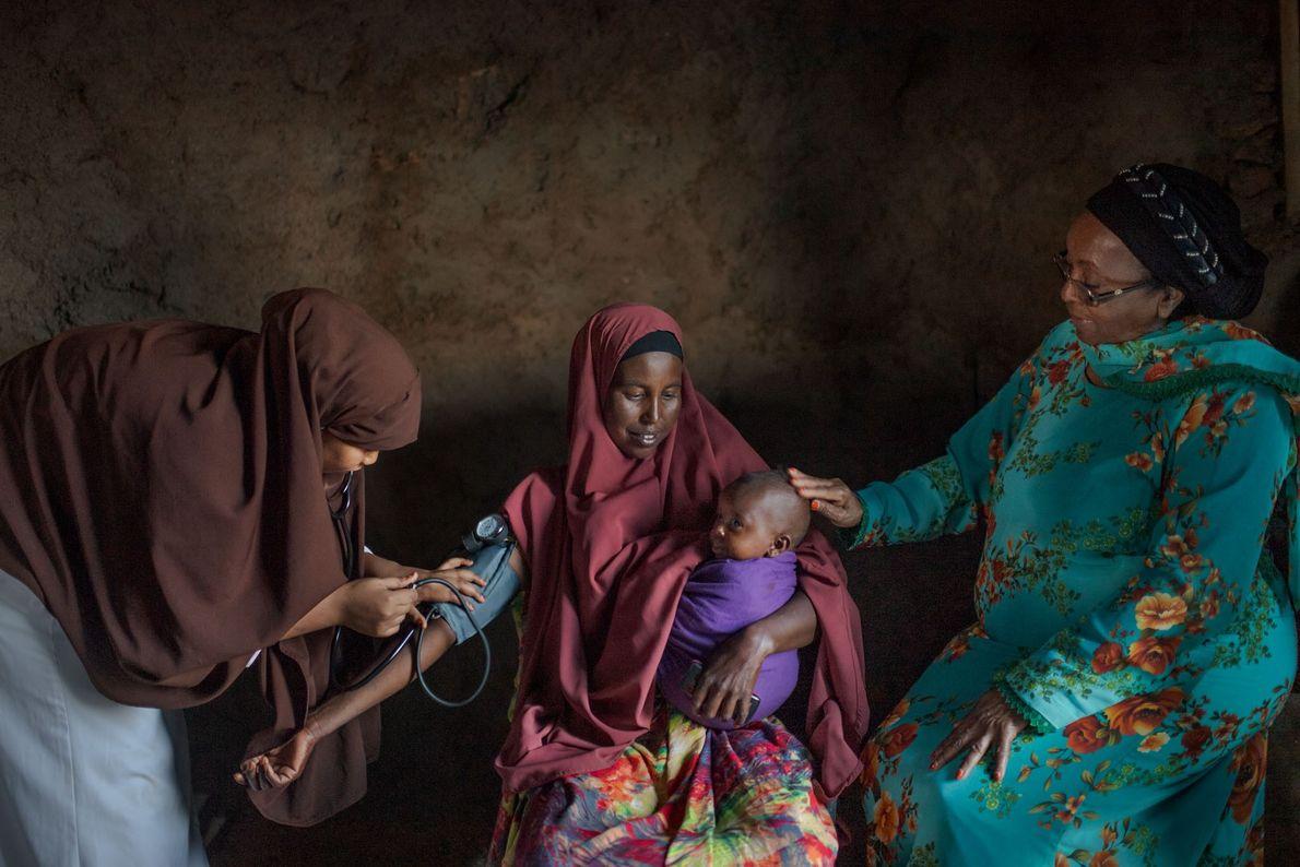 Sentindo vertigem e fraqueza seis meses após o parto, Zamzam Yousuf, com 35 anos, procurou uma ...