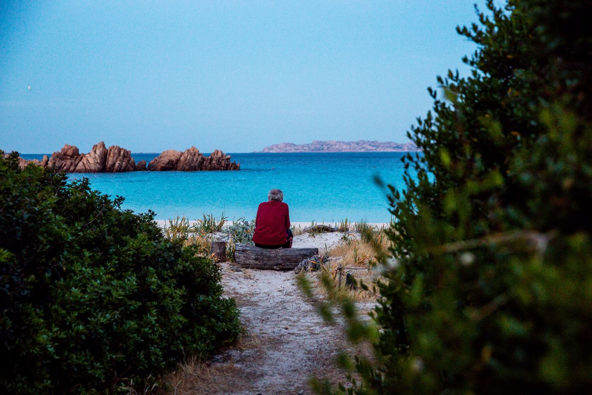 mauro-sentado-observa-a-ilha-budelli