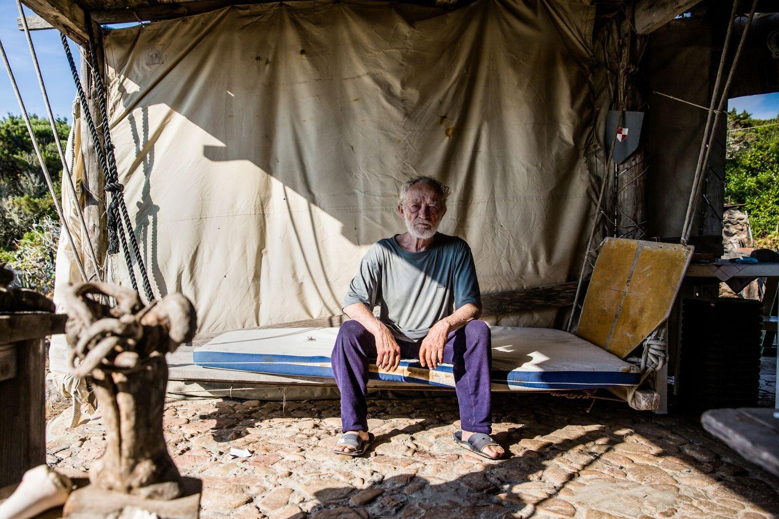A luz do sol preenche a área externa do abrigo de Morandi, onde ele gosta de ...