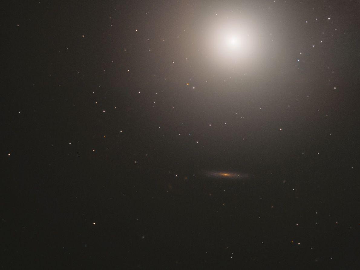 A 55 milhões de anos-luz da Terra, existe uma galáxia conhecida como Messier 89. Esse sistema ...