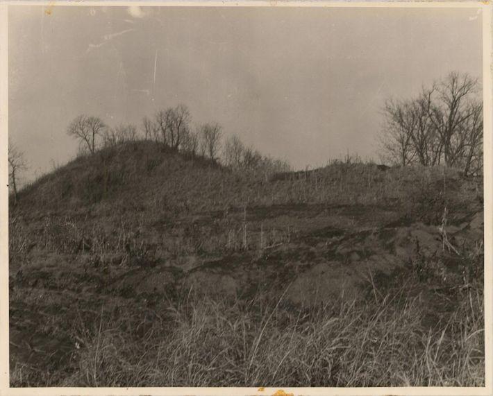 Em 1936, depois que saques em massa destruíram quase um terço dos Montes Spiro, a escavação ...