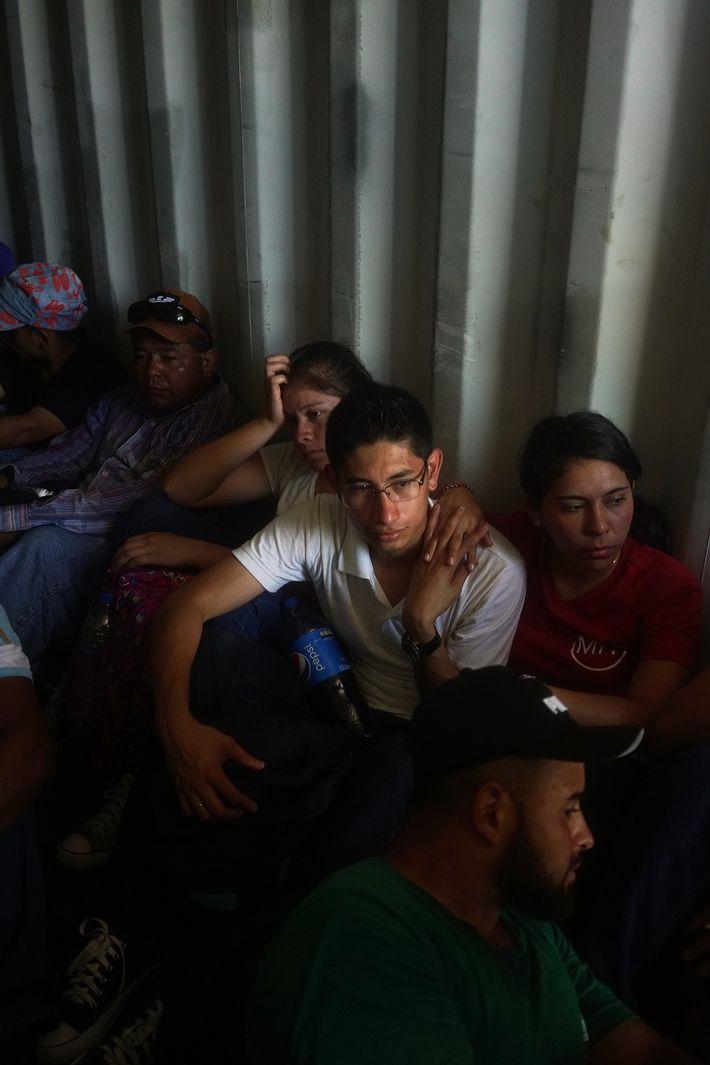 Os migrantes salvadorenhos que se conheceram pelo WhatsApp (da esquerda para a direita: Jackelin Martinez, Miguel ...