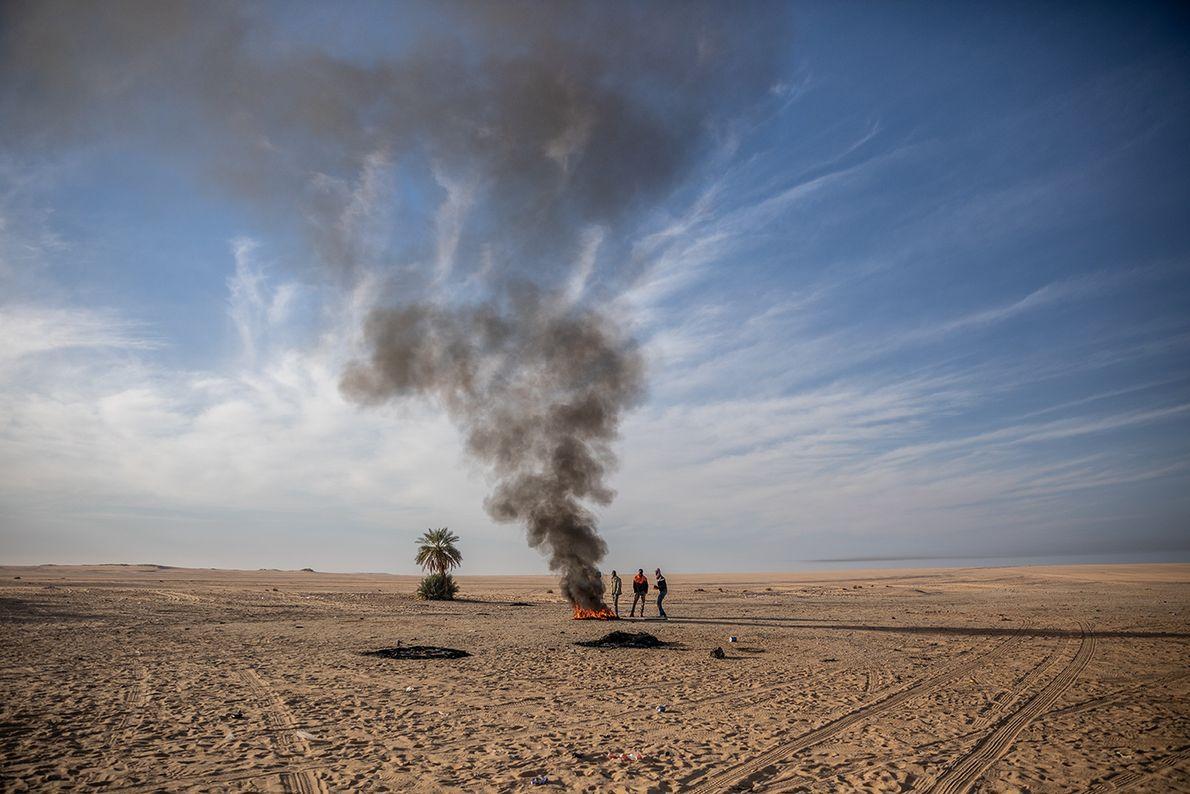 Presos no deserto, depois de Agadez, no Níger, com o caminhão quebrado, esses imigrantes, que esperam ...