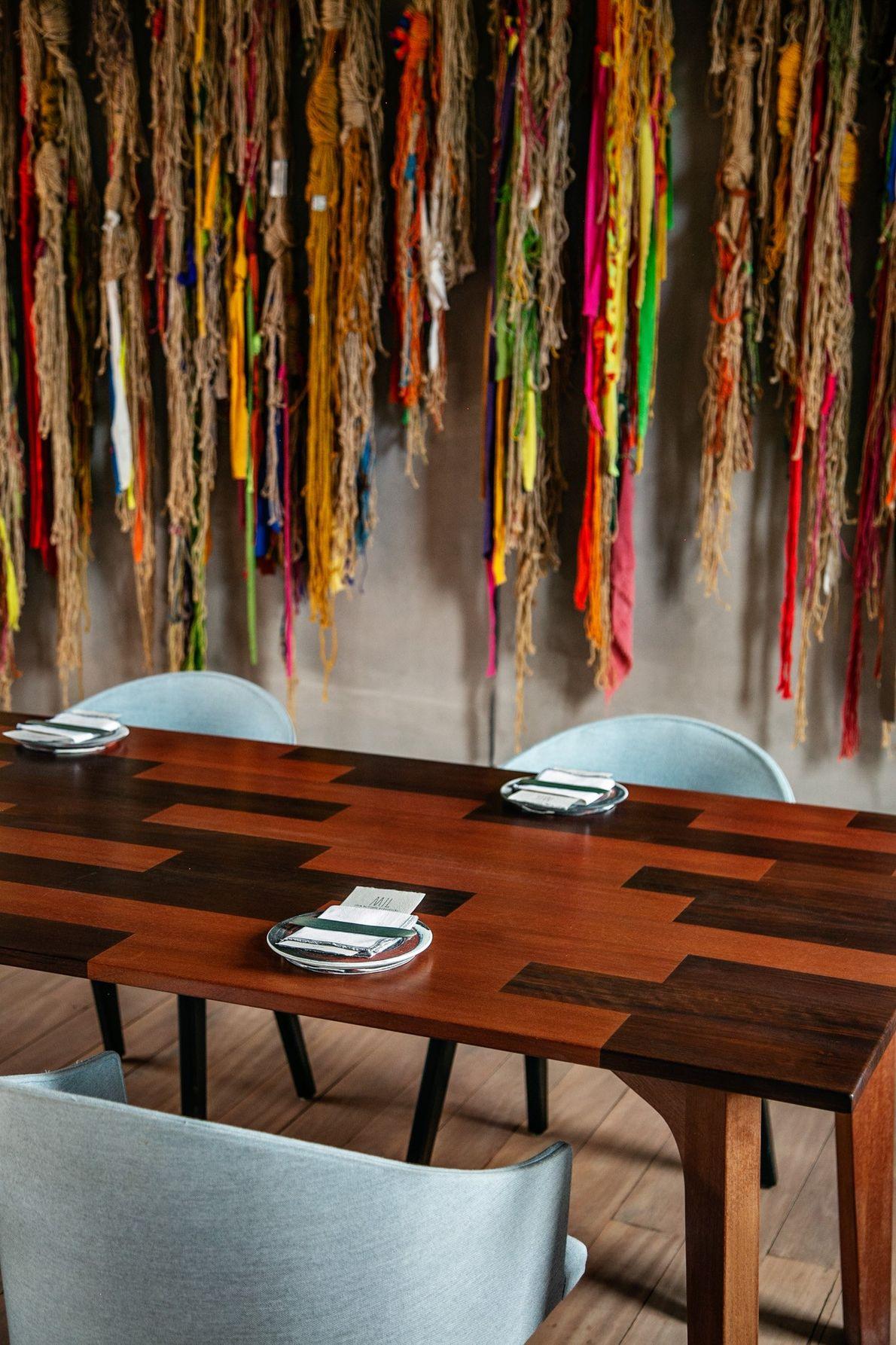 No restaurante Mil, há mesas polidas feitas com diversos tipos de madeira.