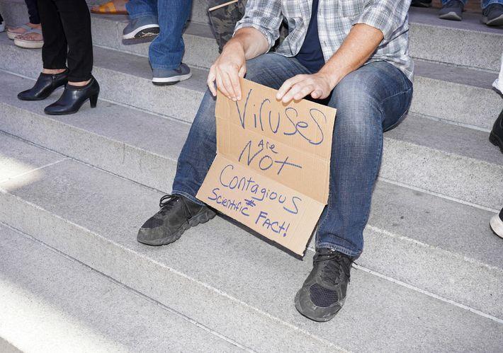 Manifestante em protesto contra o isolamento social no centro de Los Angeles, em 13 de julho ...