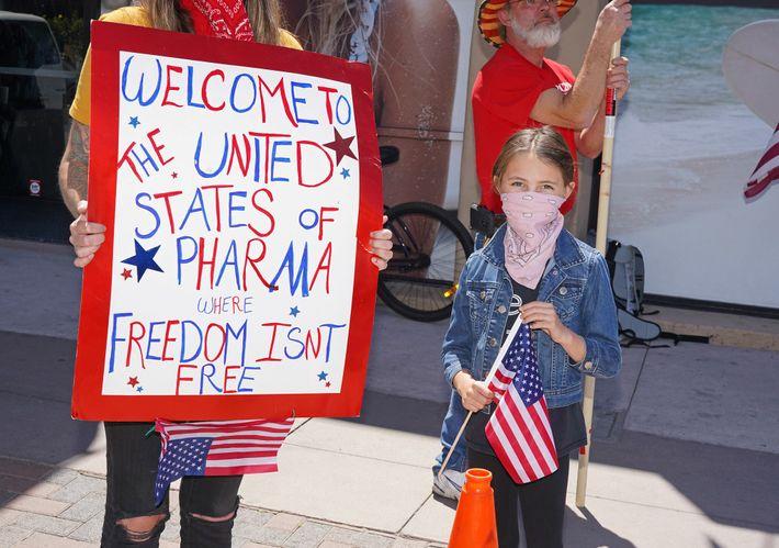 Manifestante em uma passeata contra o isolamento social em Huntington Beach, na Califórnia, em 17 de ...