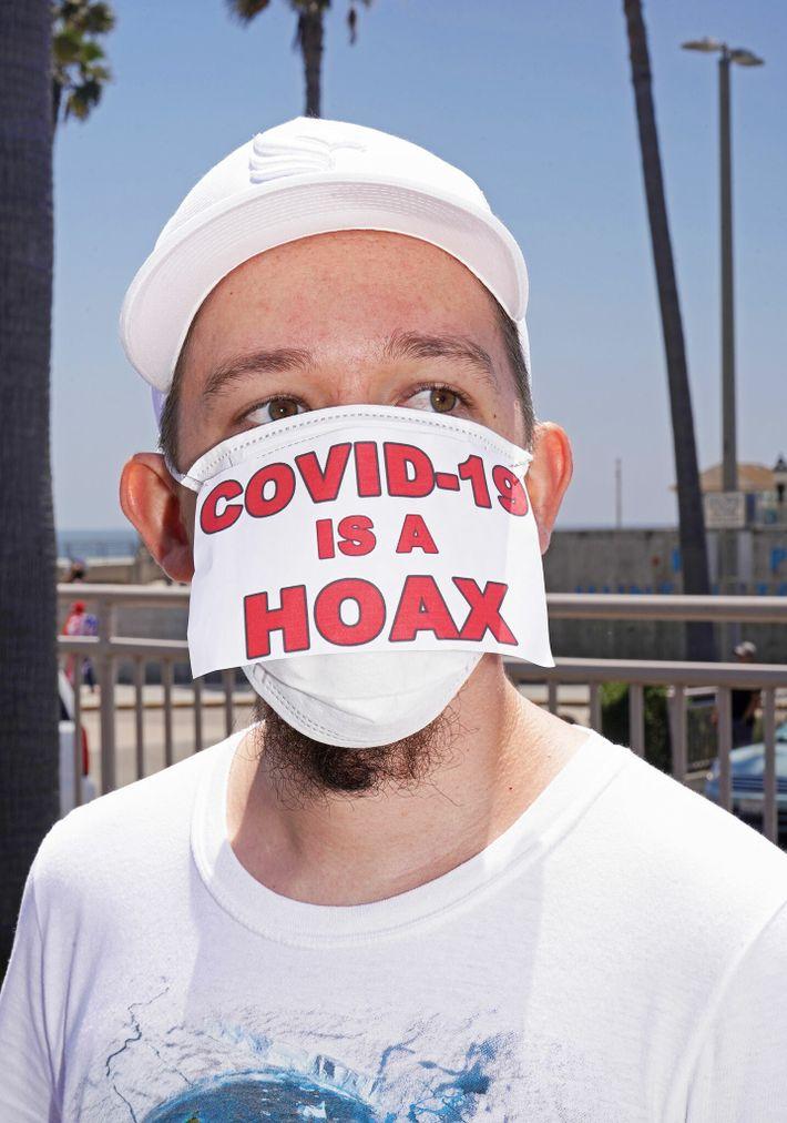 Manifestante em protesto contra o isolamento social em Huntington Beach, na Califórnia, EUA, em 1 de ...