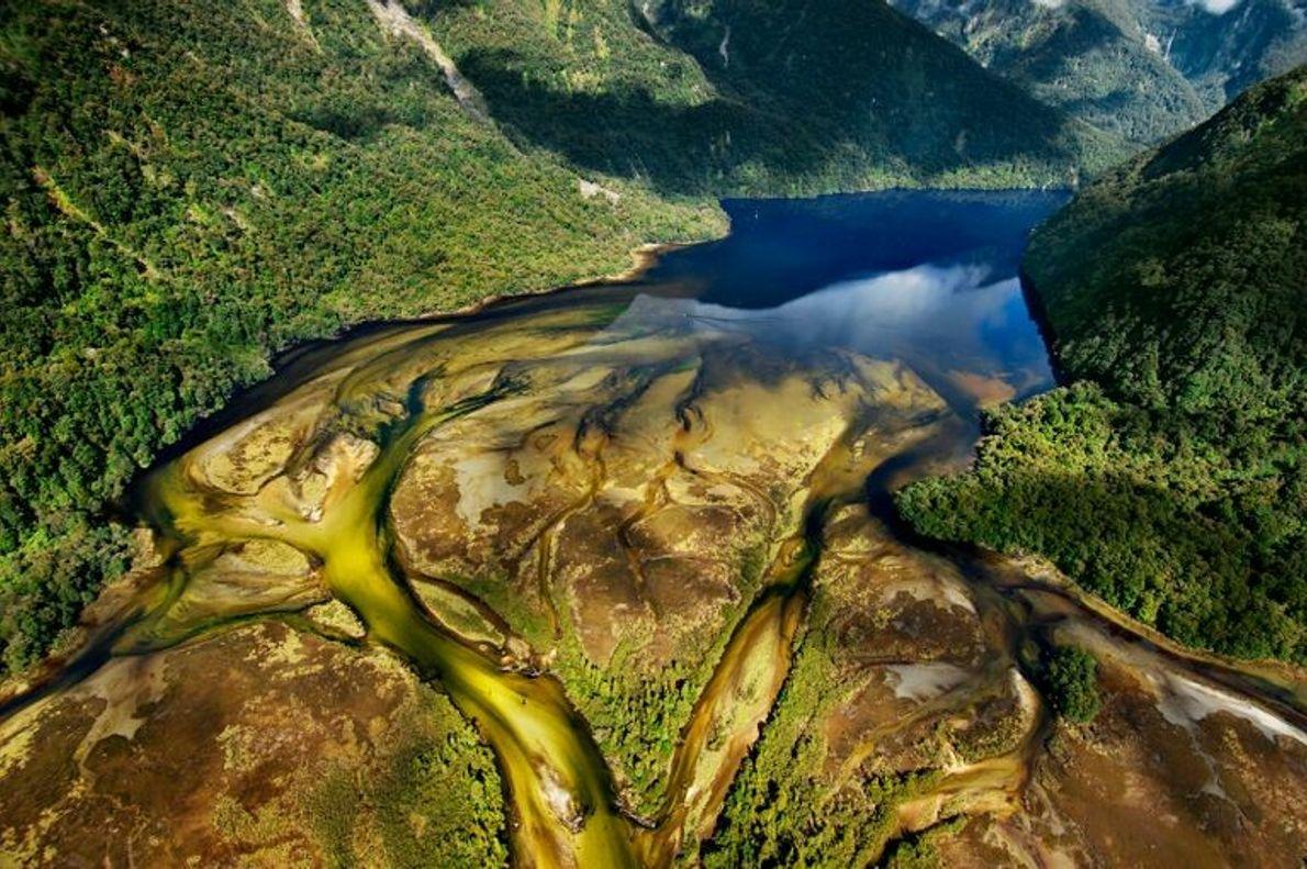 """FIORDLAND, NOVA ZELÂNDIA  """"Na superfície, Fiordland tem uma paisagem sombria semelhante à do filme Senhor dos Anéis, ..."""