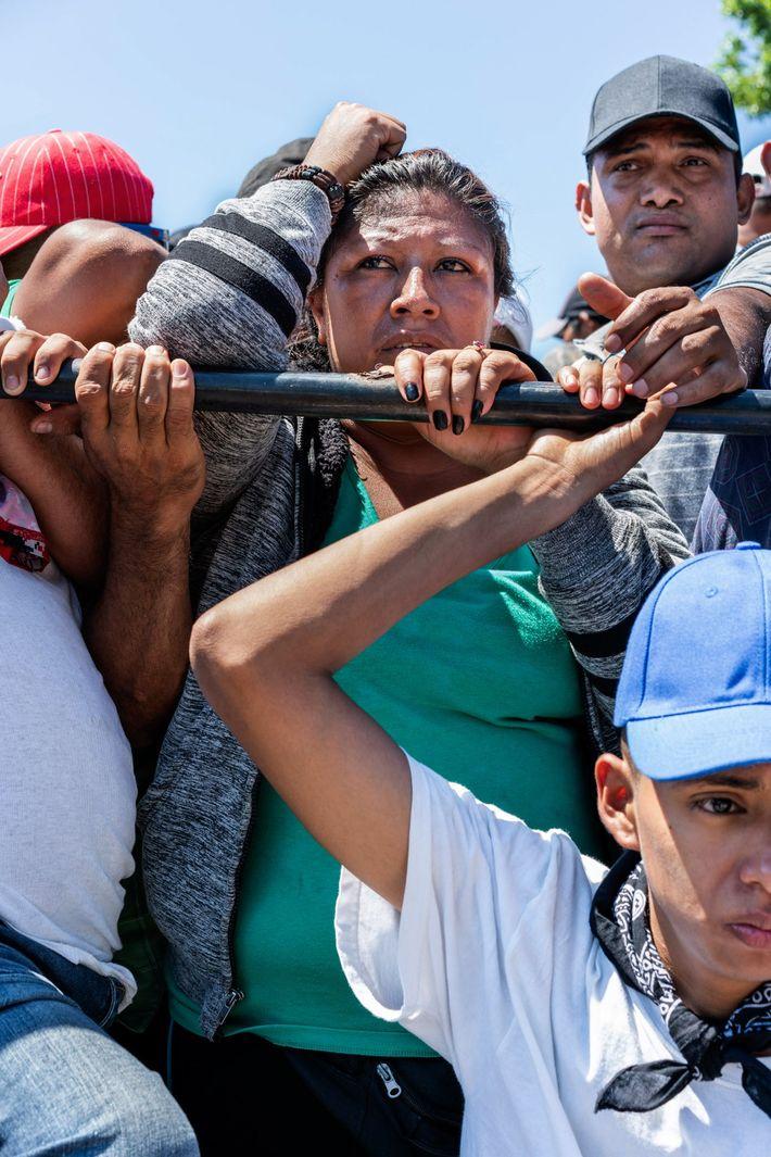 Migrantes salvadorenhos na traseira de um caminhão são parados no ponto de controle da imigração de ...