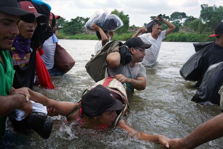 Caravana de migrantes salvadorenhos cruza o Rio Suchiate, fronteira entre a Guatemala e o México, após ...