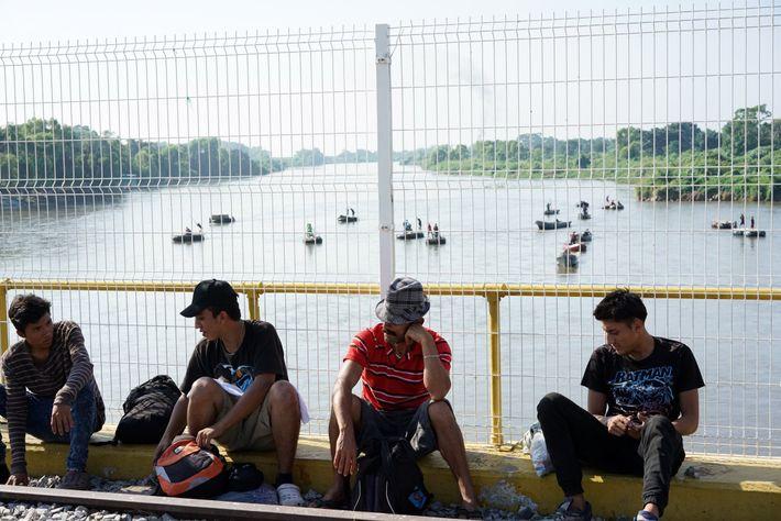 Migrantes salvadorenhos reúnem-se perto da passagem oficial da fronteira entre a Guatemala e o México, na ...