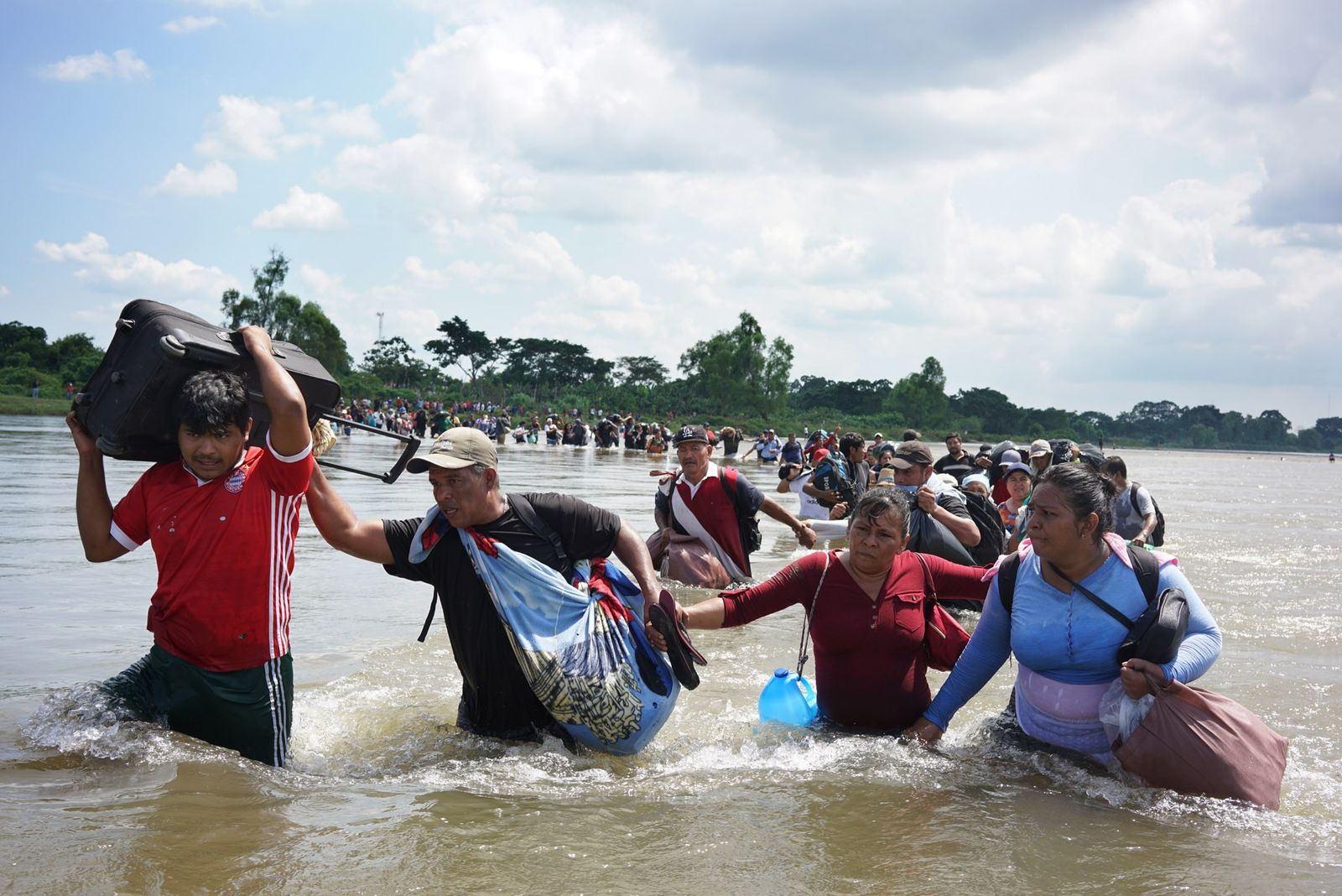 Uma caravana de migrantes salvadorenhos cruza o Rio Suchiate, fronteira entre a Guatemala e o México, ...