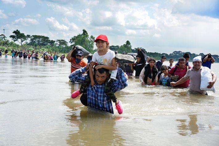 Caravana de migrantes no Rio Suchiate, fronteira entre a Guatemala e o México.