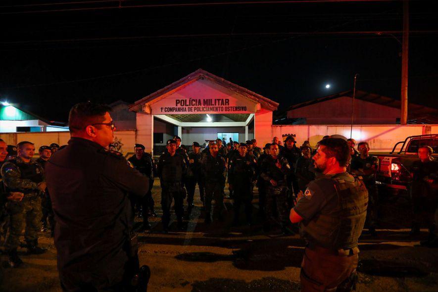 No início da operação, agentes do Ibama conversam com policiais militares em frente à sede da ...