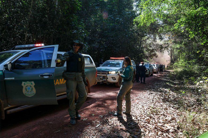 Os agentes do Ibama percorrem as estradas vicinais de Espigão d'Oeste em busca de madeira extraída ...