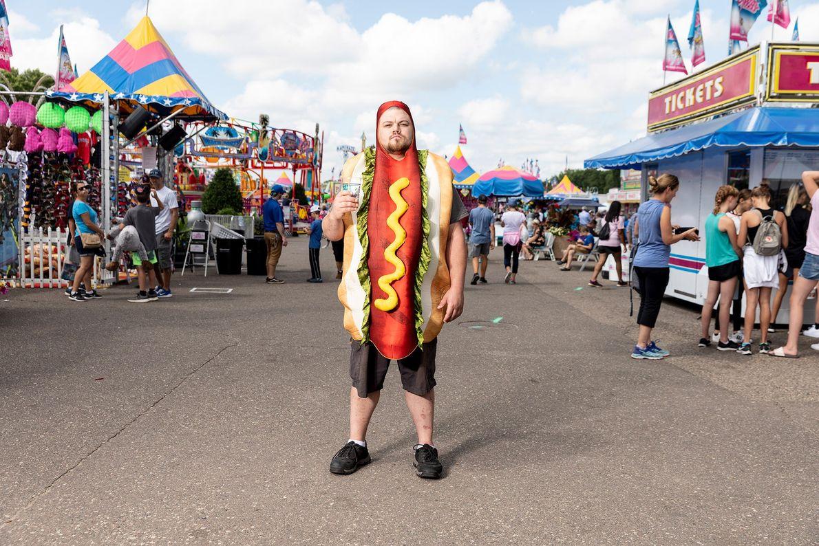 Sal Thegal, fantasiado de cachorro-quente na Feira Estadual de Minnesota na sexta-feira, 23 de agosto de ...