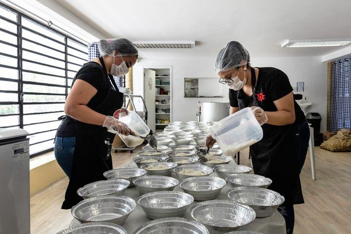 Voluntárias da Associação de Mulheres de Paraisópolis preparam até seis mil refeições gratuitas por dia para ...