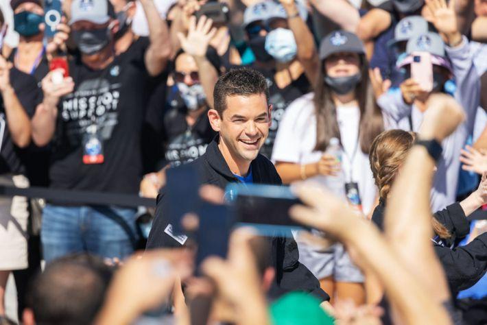 O comandante da missão Inspiration4 Jared Isaacman sorri para multidão antes de se vestir para o ...