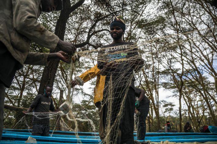 Pescadores desembaraçam redes de pesca na Praia de Karagita, no lago Naivasha.