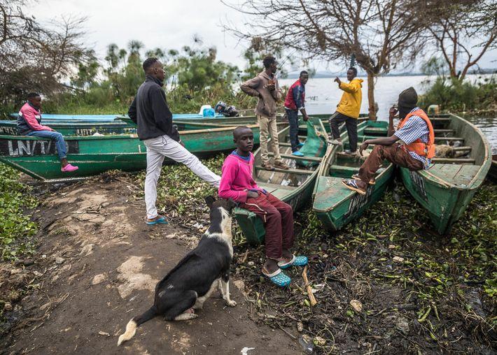 Após um dia de trabalho no lago, os pescadores relaxam após atracarem na Praia da Tarambeta.