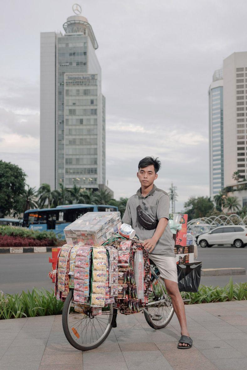 Fauzi, que é trabalhador informal, vende café instantâneo perto da rotatória Hotel Indonesia, uma popular área ...