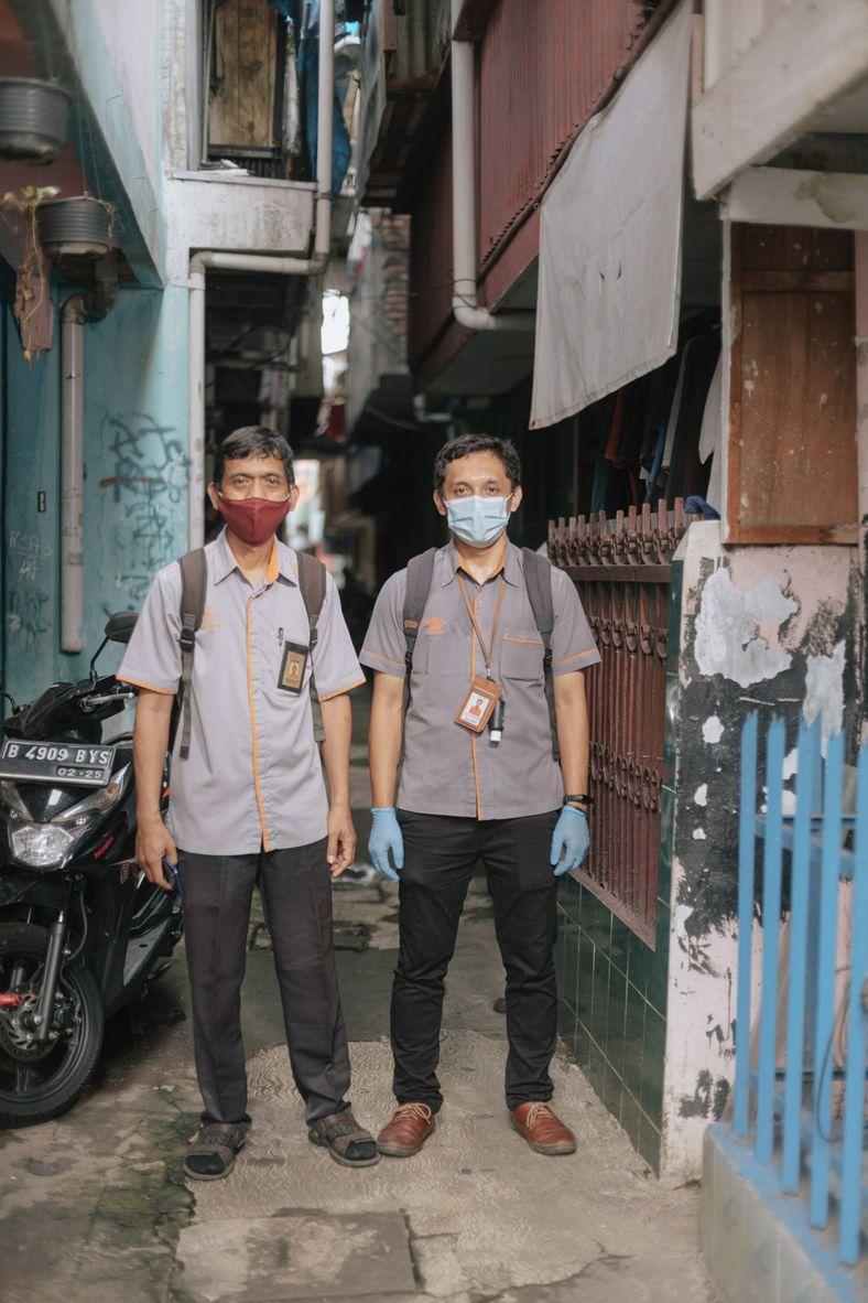 Os funcionários do serviço de correios da Indonésia, Mustofa, à esquerda, e Alfian posam para foto ...