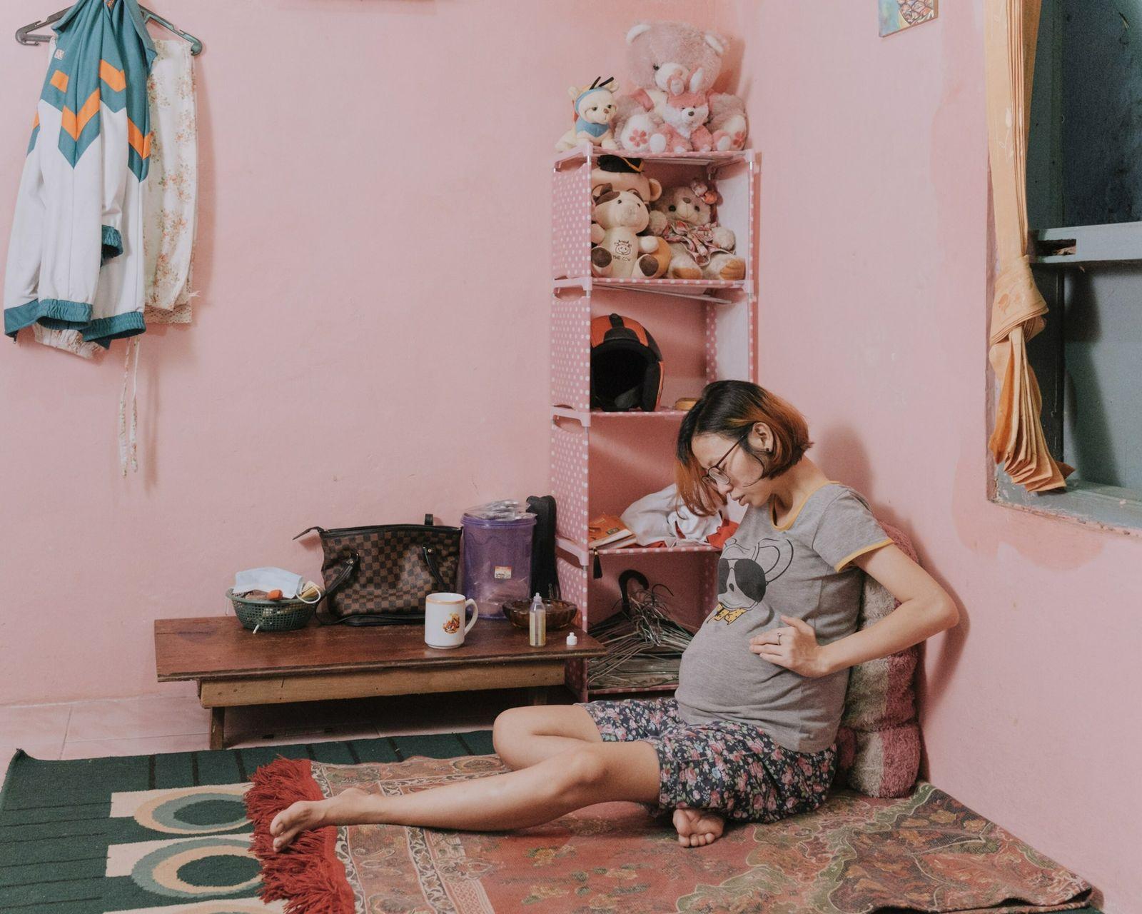 Desti Firdamayanti descansa em sua casa no subdistrito de Kenari, no centro de Jacarta, em janeiro ...