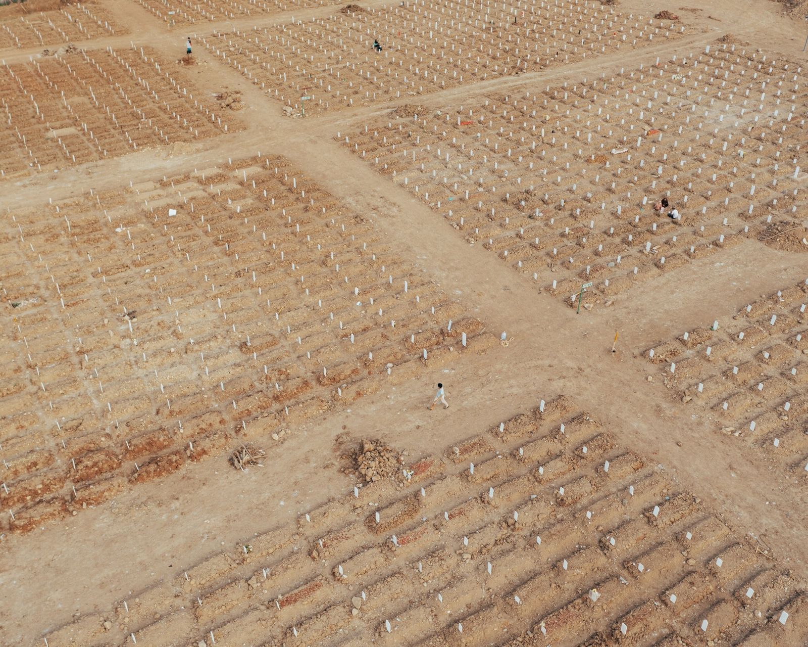 Fileiras de sepulturas recentes ocupam o cemitério público Rorotan, em Cilincing, no norte de Jacarta. Inaugurado ...