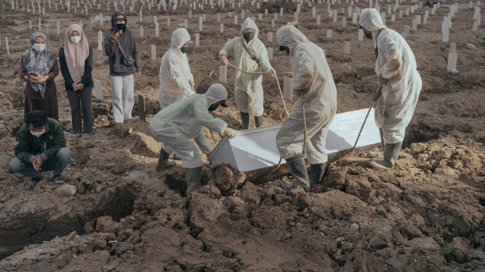 Trabalhadores enterram uma vítima da covid-19 no cemitério público Rorotan, em 21 de julho de 2021. ...