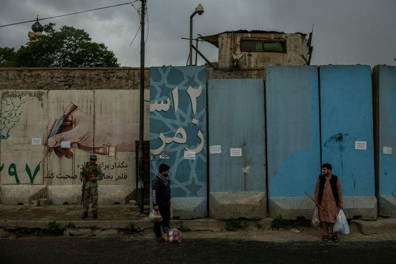 Em quase todos os lugares nas ruas do centro de Cabul, há barreiras altas e espessas ...