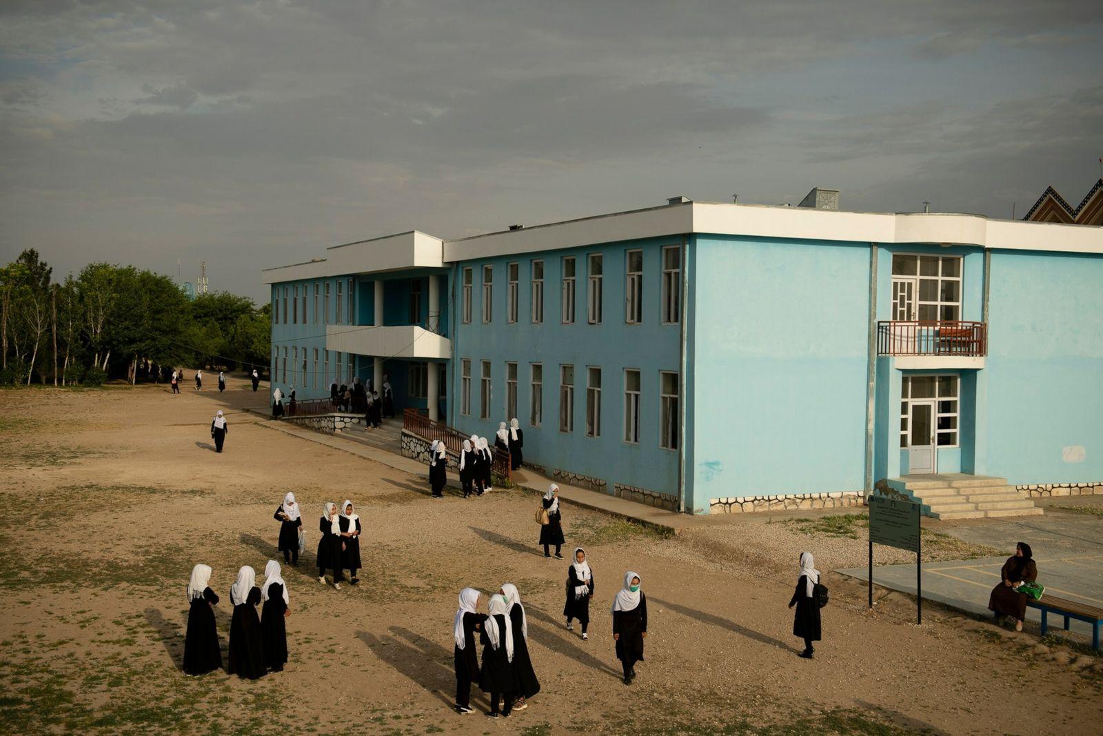 Estudantes se reúnem no pátio da escola secundária Marshal Dostum, em Shibirghan, no noroeste do Afeganistão, ...
