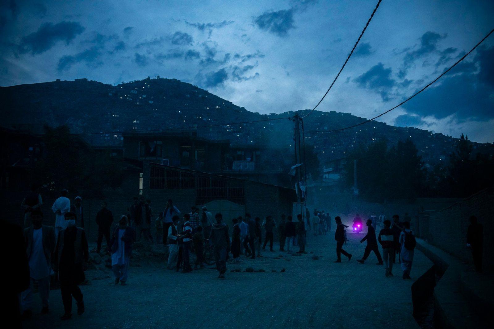A noite cai sobre o local de uma explosão a oeste de Cabul.