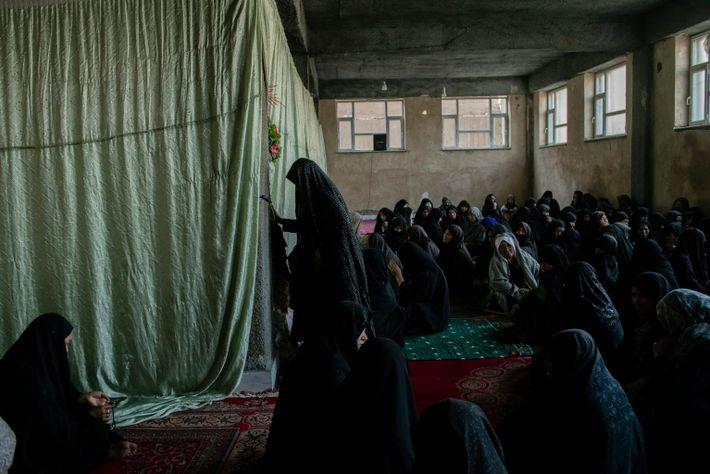 Em um porão inacabado da mesquita Qamar Bani Hashim, vizinhos e parentes de duas meninas mortas ...